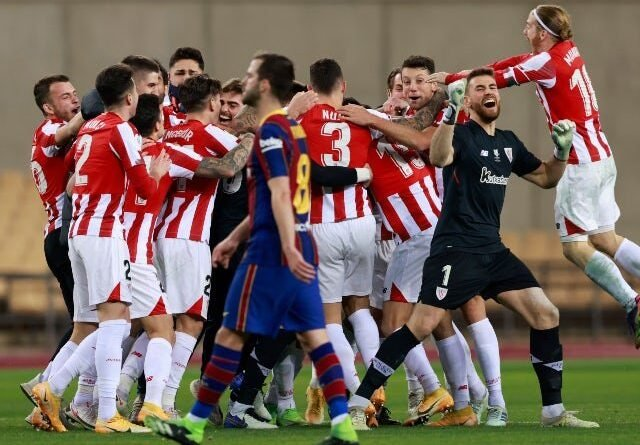 Inaki Williams do Athletic Bilbao em ação contra Sergio Ramos do Real Madrid na La Liga em 5 de julho de 2020