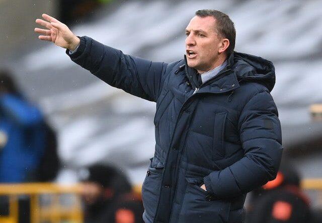 Youri Tielemans do Leicester City em ação com Nicolae Stanciu do Slavia Prague na Liga Europa em 18 de fevereiro de 2021