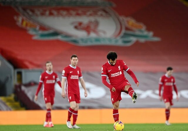 Virgil van Dijk do Liverpool colide com Jordan Pickford do Everton na Premier League em 17 de outubro de 2020