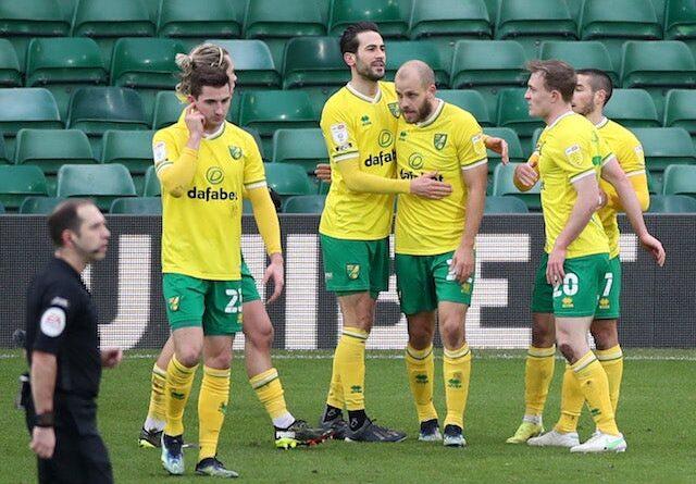 Teemu Pukki, do Norwich City, comemora seu segundo gol com companheiros de equipe em 13 de fevereiro de 2021