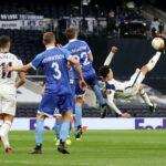 Jay Rodriguez, do Burnley, comemora seu segundo gol com Ashley Westwood e companheiros de equipe em 13 de fevereiro de 2021