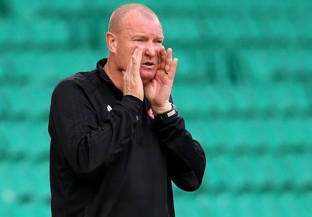 Ryan Christie do Celtic em ação na Premiership da Escócia com Shaun Want da Hamilton Academical em 3 de agosto de 2020