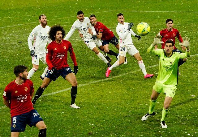 Ansu Fati do Barcelona em ação com Dani Parejo do Villarreal na La Liga em 27 de setembro de 2020