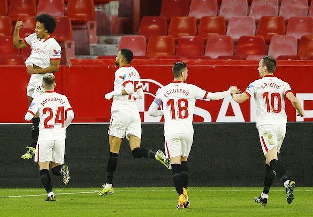 Ousmane Dembele, do Barcelona, comemora seu primeiro gol com companheiros de equipe em 27 de fevereiro de 2021