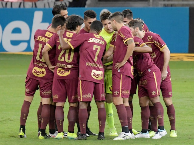 Sport Recife players huddle before a match in October 2020