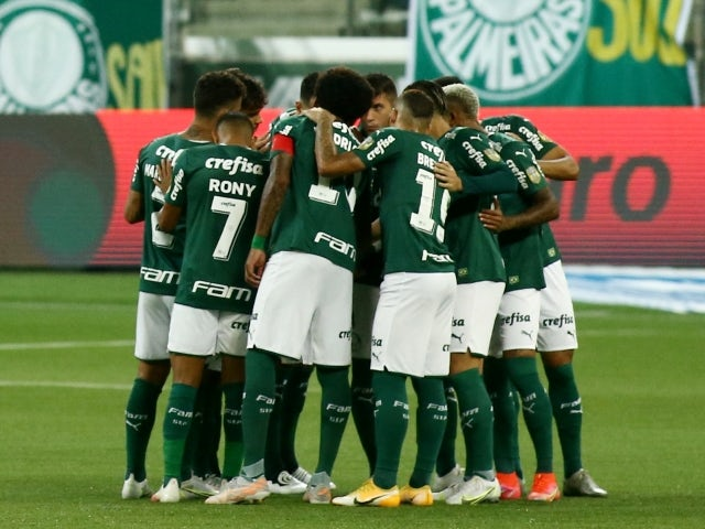 Palmeiras huddle before the match on June 28, 2021