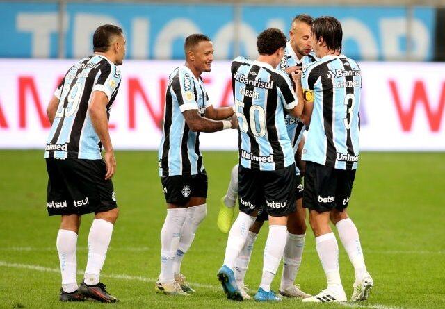 Matheus Henrique de Gremio celebrates his first goal with his teammates on June 25, 2021
