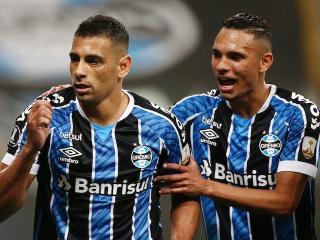 Gremios Diego Souza celebrates his goal with Luiz Fernando in October 2020