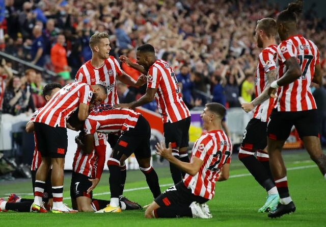 Sergi Canos celebrates a goal for Brentford against Arsenal in the Premier League on August 13, 2021