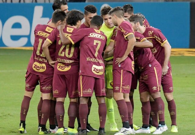 Sports Recife players in a huddle before an October 2020 game
