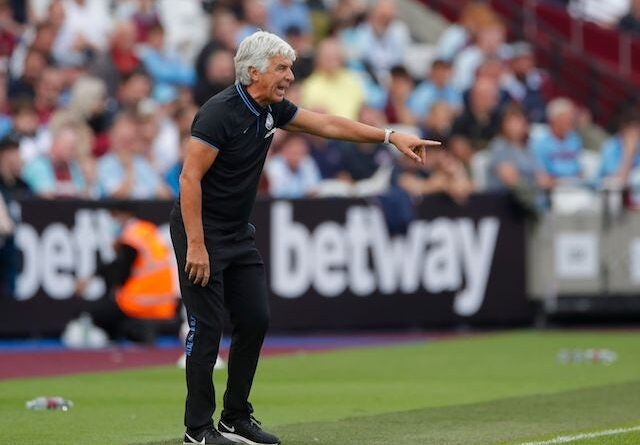 Atalanta coach Gian Piero Gasperini gives instructions to his players on August 7, 2021