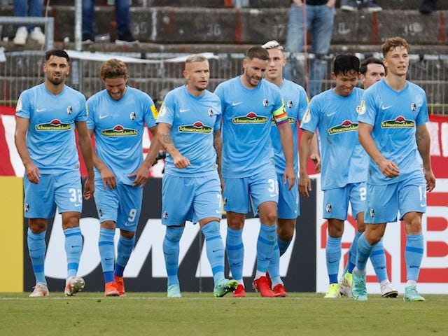 Jonathan Schmid from SC Freiburg will celebrate his first goal with his teammates on August 8, 2021