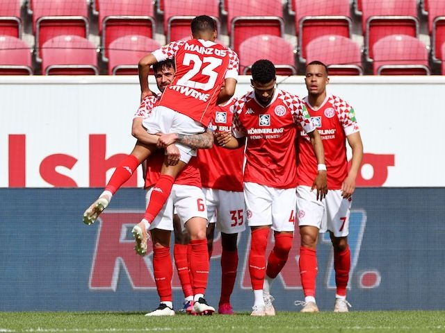 Robin Quaison from Mainz 05 will celebrate his second goal with his teammates on April 24, 2021