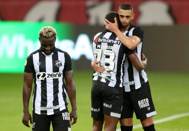Cearas Saulo Mineiro with teammates after the game on June 20, 2021