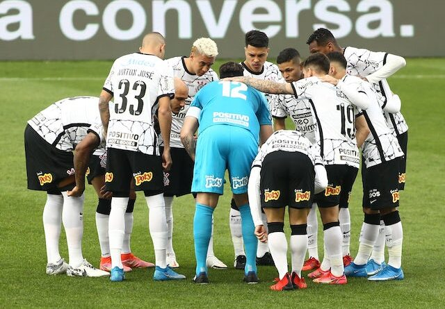 Corinthians players crowd ahead of the game on August 1, 2021