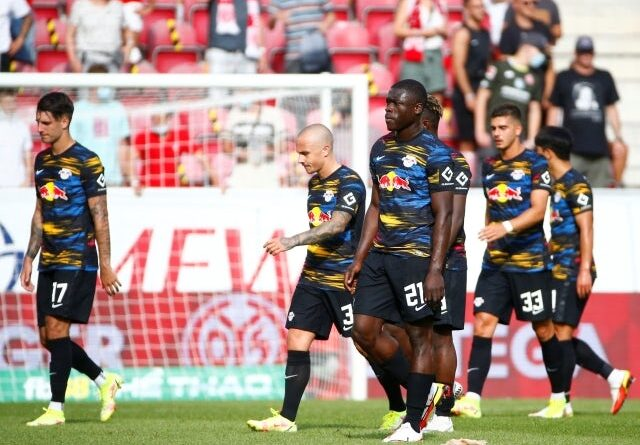 Brian Brobbey and teammates from RB Leipzig look dejected after the game against Mainz 05 on August 15, 2021